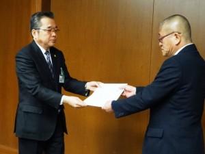 佐賀県への要請書提出(県受取者:石橋 農林水産商工本部長)