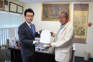 相川会長より中村氏へ推薦決定通知書を手渡し