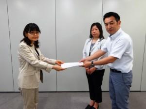 原田室長(左)へ要請書を手渡す原口副会長(男女平等参画推進委員長)、右から2番目は塚本女性委員会委員長