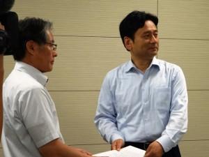 山口県知事へ要求書を手渡す青栁会長