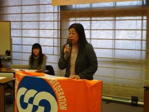 女性委員会を代表し挨拶を行う塚本委員長(電力総連)