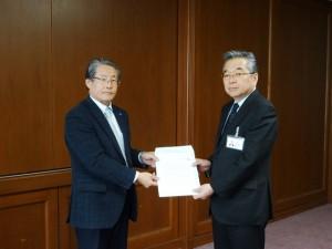 青栁会長より佐賀県産業労働部・石橋部長(右)へ要請書を提出