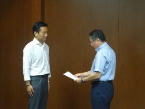 連合佐賀青栁会長(左)より山口知事(右)へ要求書提出