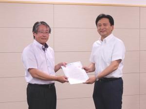 青栁会長(左)より山口知事(右)へ要求書を手渡し